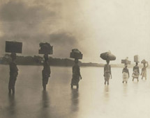 Carriers crossing a river on the seaboard Appolonia (1901) - Catalogue reference: CO 1069/34